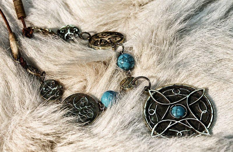 kak-nosit-amulet